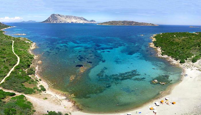 a picture of la pipara beach in capo coda cavallo
